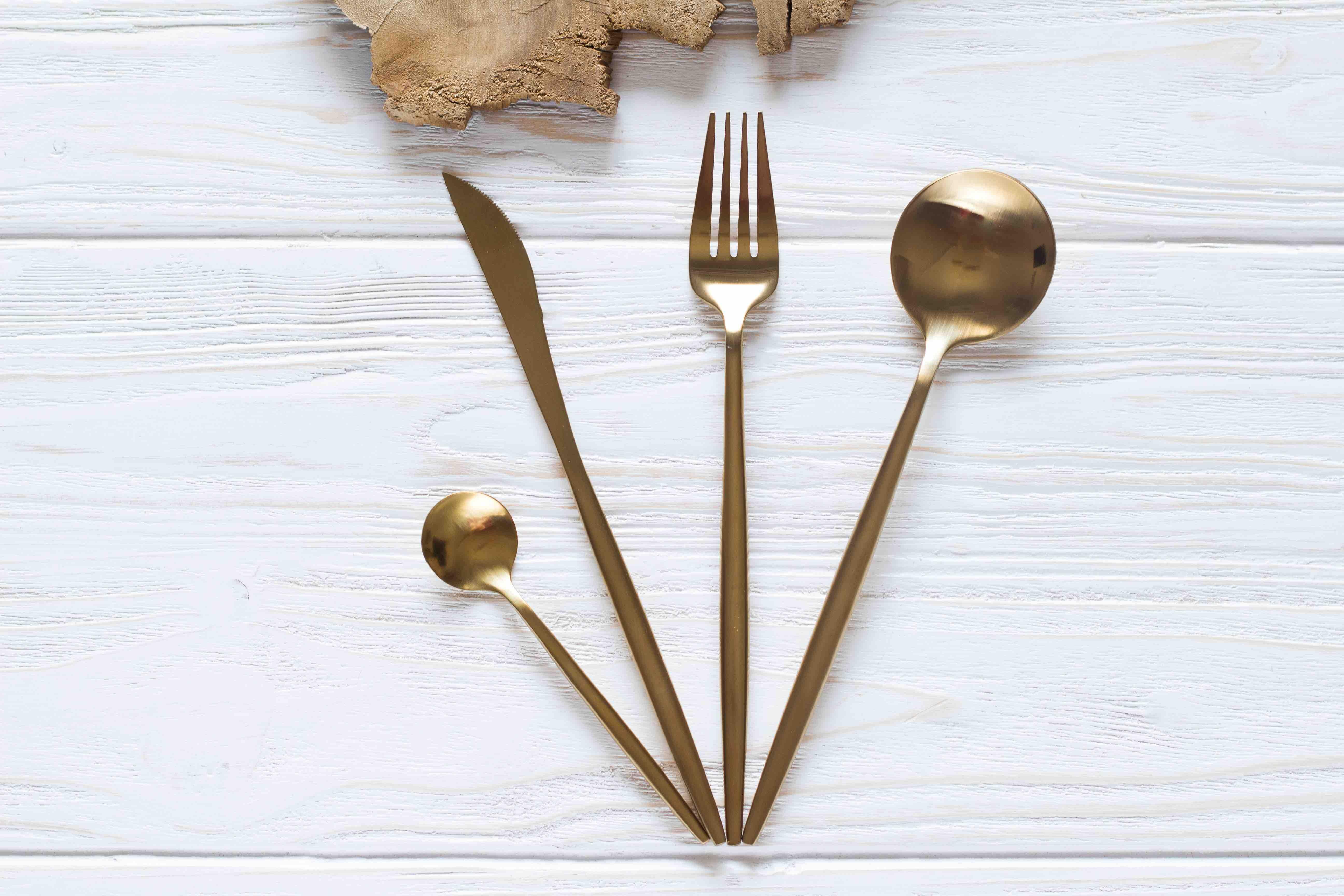 أدوات طعام GOA باللون الذهبي المطفي 16018